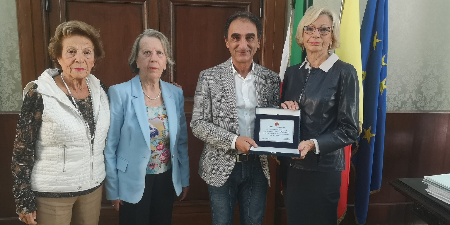 """I 50 anni di """"Amici della musica"""", Abramo consegna targa"""